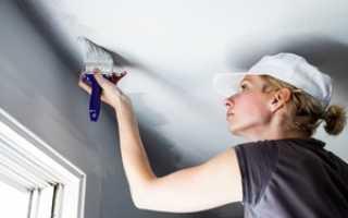 Как покрасить обои на потолке водоэмульсионной краской