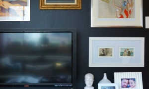 Как повесить полки над телевизором