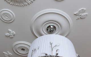 Как оформить потолок лепниной