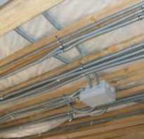 Как провести проводку в доме по потолку